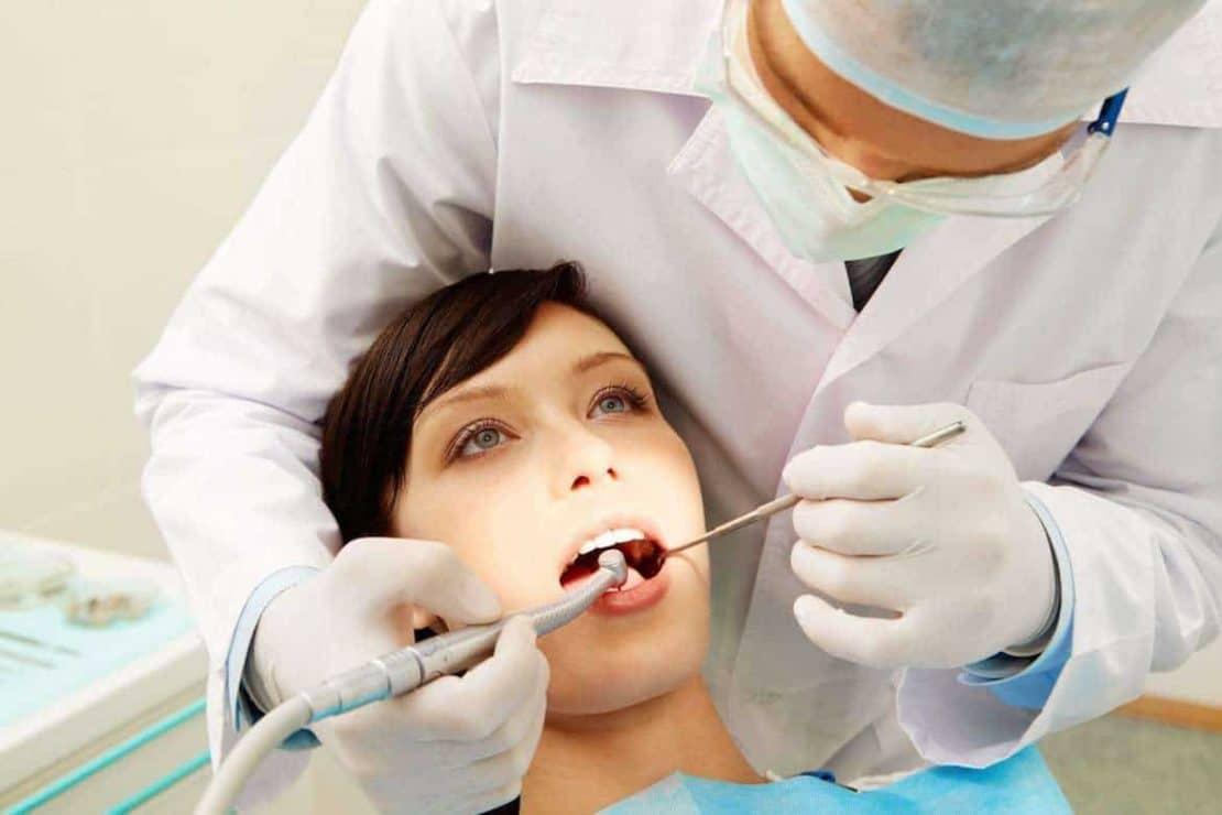 οδοντίατρος και ασθενής